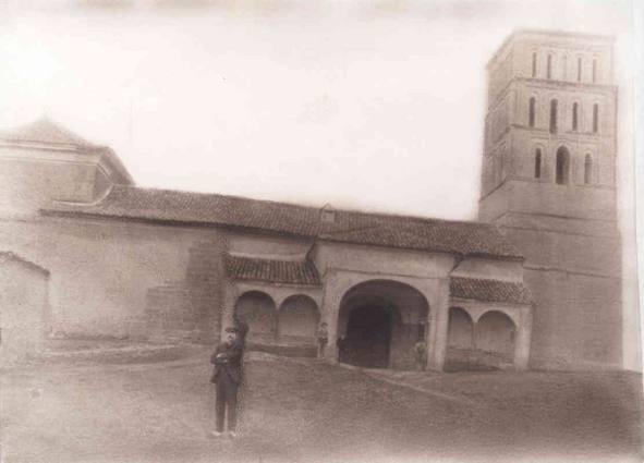 La Iglesia de San Pelayo de Villavicencio de los Caballeros a principios del pasado siglo. Muestra el pórtico de tres arcos que tuvo originalmente. Fuente: Paula Foces Rubio