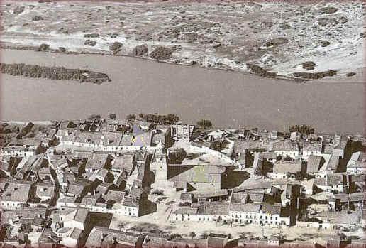 Imagen aerea de Talavera la Vieja antes de su desaparicion. Fuente: http://www.santotomasdeaquinomontijo.es/miWeb2/talavera_la_vieja.htm