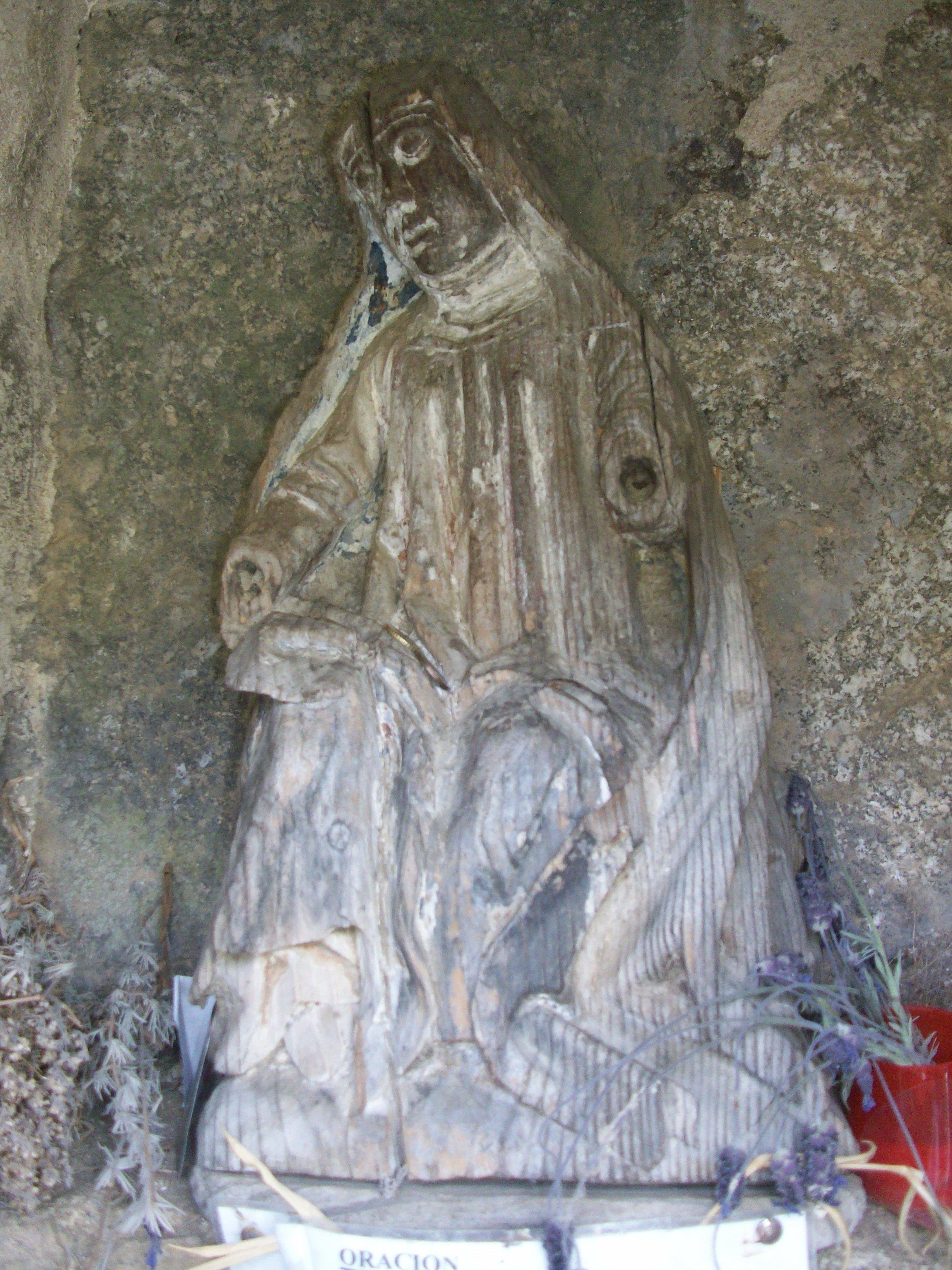 Rejilla con una imagen de la Virgen de las Fuentes