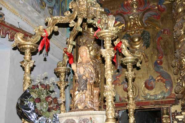 Imagen de la Virgen de las Fuentes sobre sus andas.