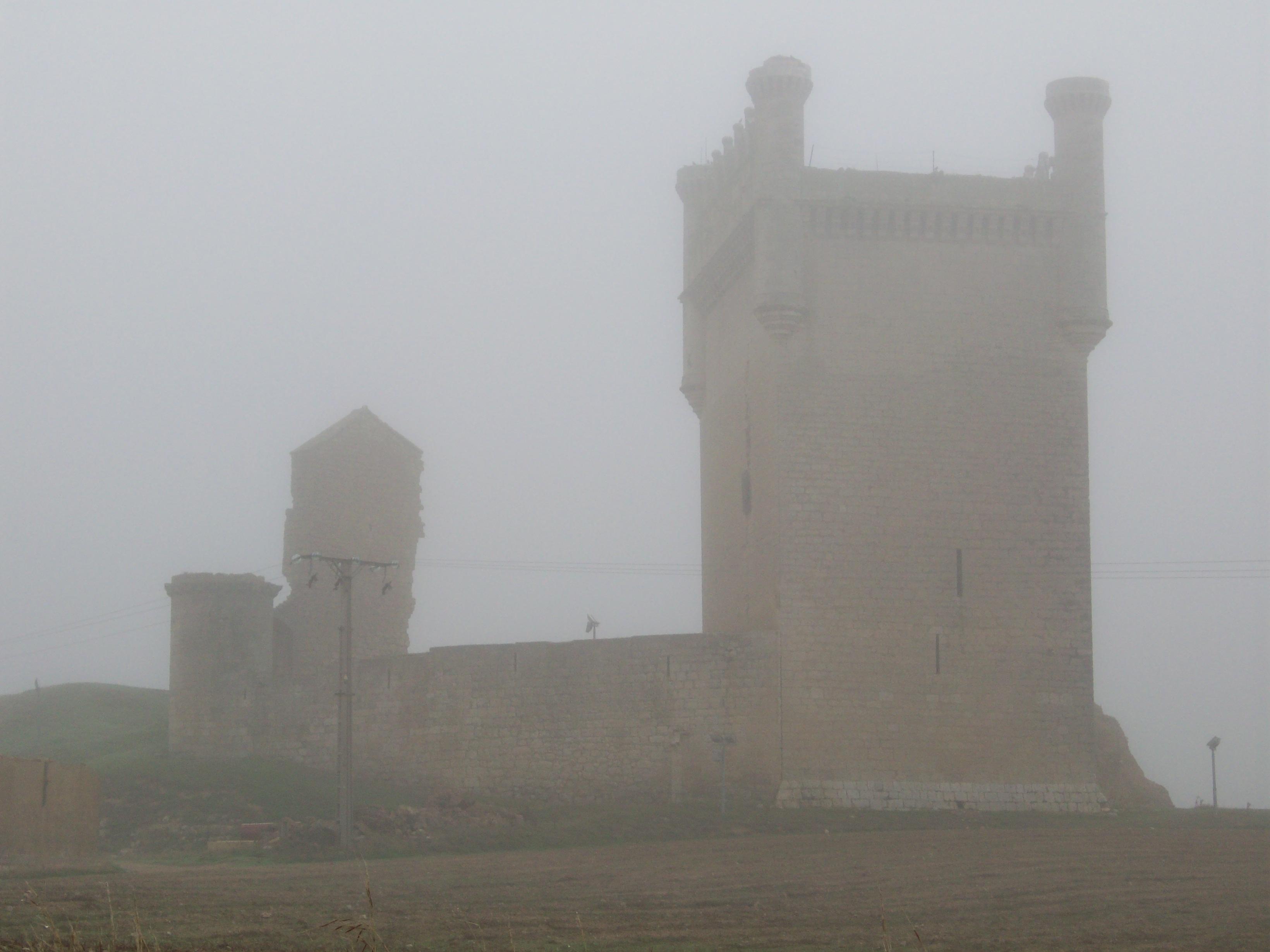 El Castillo entre la niebla la mañana de mi visita.