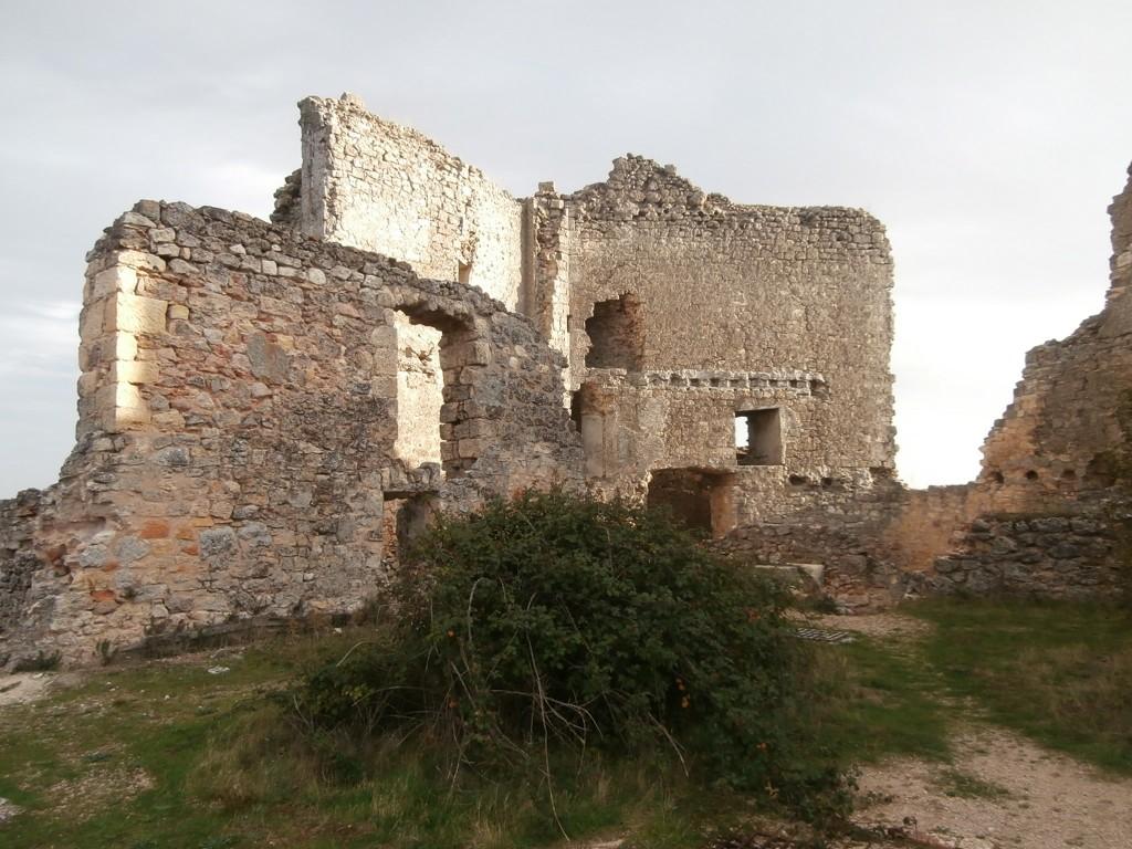Interior arruinado del castillo