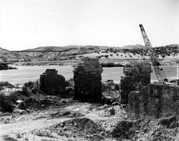 Desmontaje del Puente de Alconetar en su ubicacion original. Fuente: http://alkonetara.org