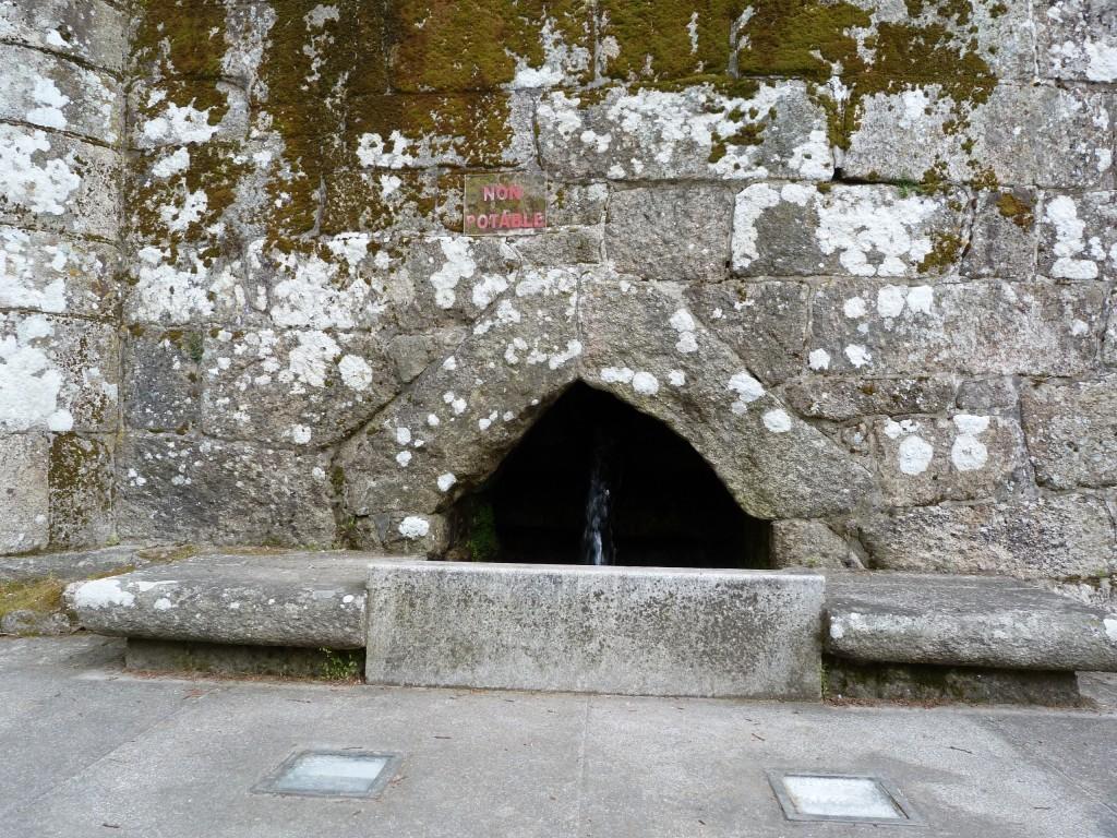 Fuente cuya agua procede de uno de los numerosos manantiales del Castrove
