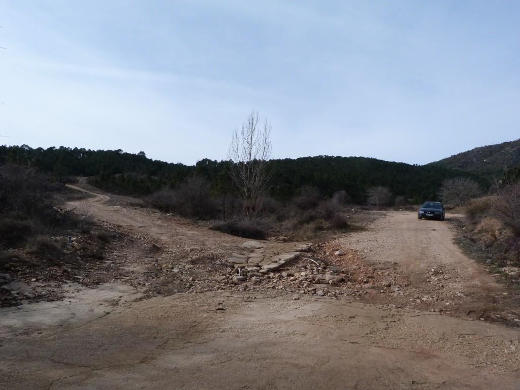En el vado aparcamos nuestro vehiculo y cogemos el camino de la derecha