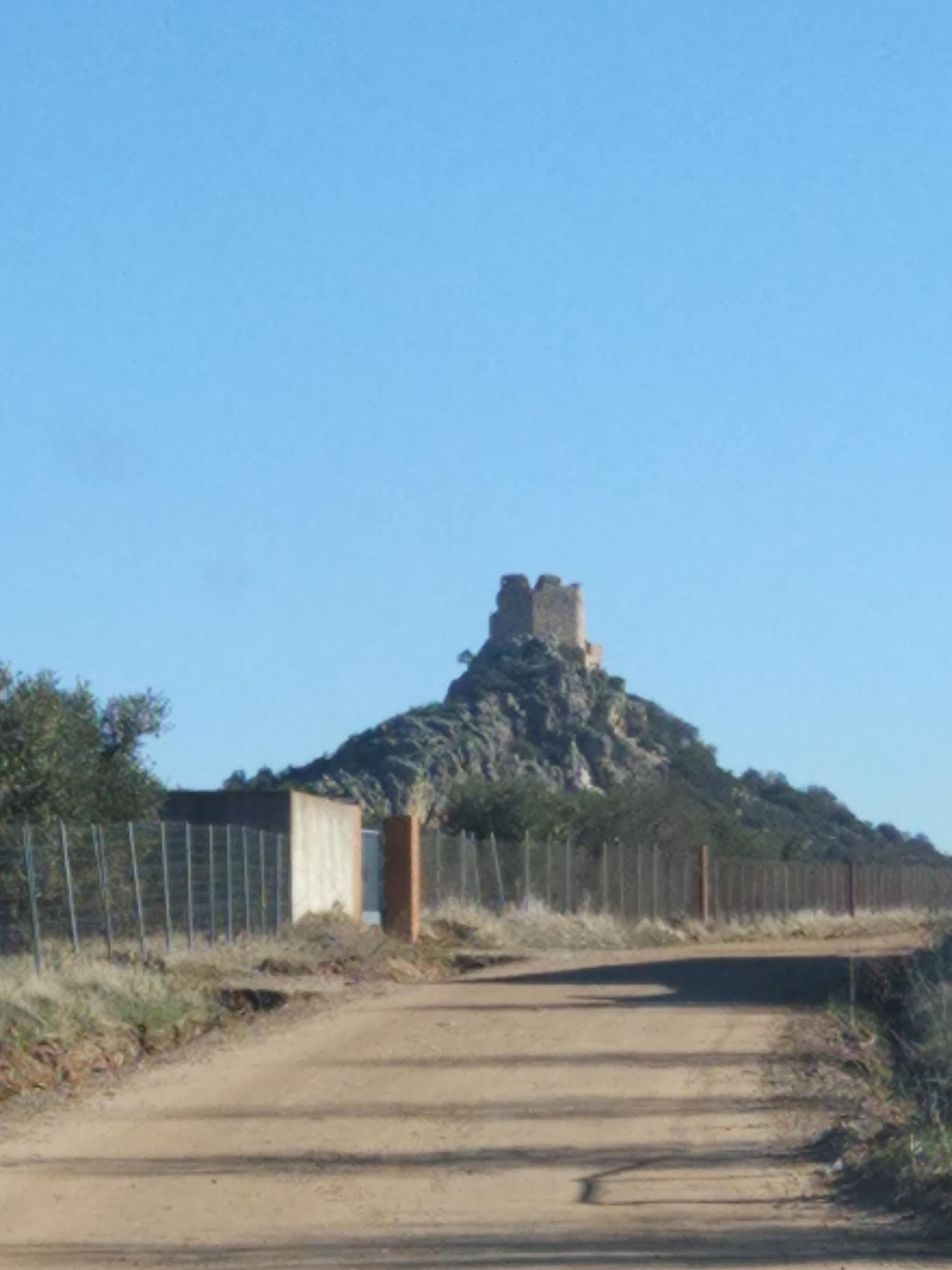 castillo de dos hermanas navahermosa